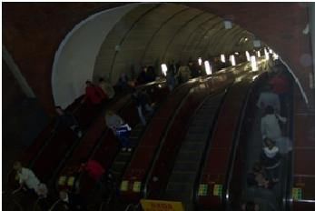Gambar 5: escalator stasiun di bawah tanah