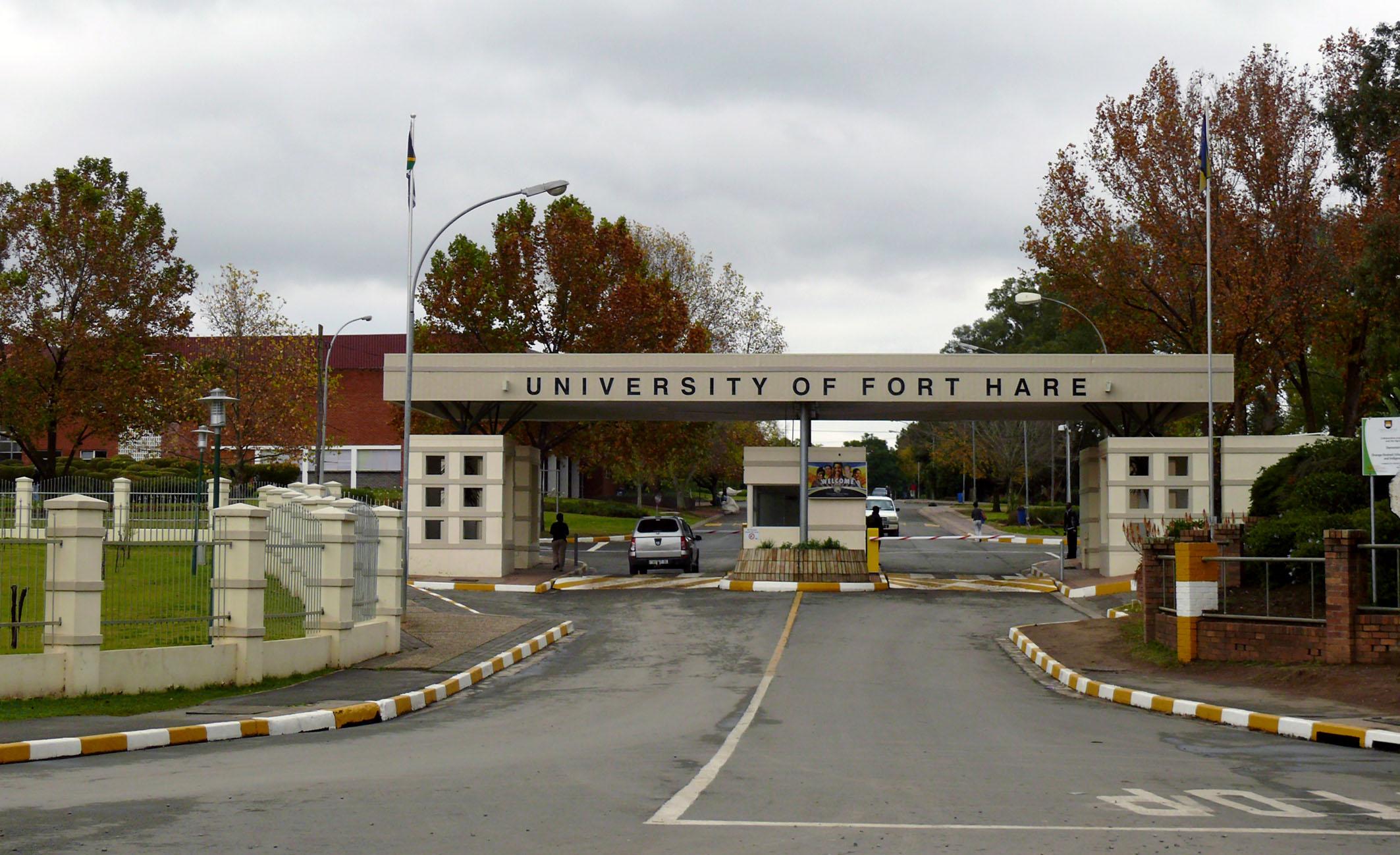 Commons as file:universiteit van fort hare ingang. beskikbaar