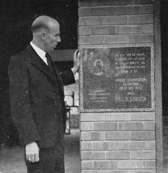 Lêer:Ds GBS Pasch by die hoeksteen van die Gereformeerde kerk Potgietersrus, deur hom gelê op 17 Mei 1952.jpg