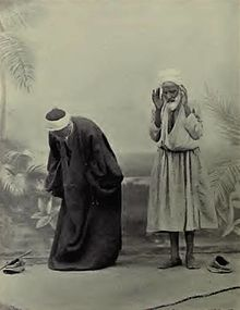 8fd6b4b2f6f39 صورة من كتاب إنجليزي صدرسنة 1911 تمثل الصلاة الإسلامية