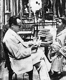نجيب محفوظ على قهوة الفيشاوى بيشترى كتب من بياع أعمى كان معروف فى الحى.