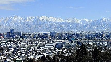 呉羽丘陵より望む、冬の富山市街地と北アルプス立山連峰