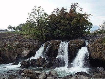 静岡県長泉町にある鮎壺の滝。