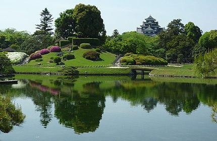 岡山後楽園(岡山市北区)/沢の池畔から唯心山(ゆいしんざん)と岡山城天守を望む