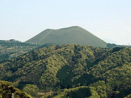 伊東市のシンボル的存在である大室山
