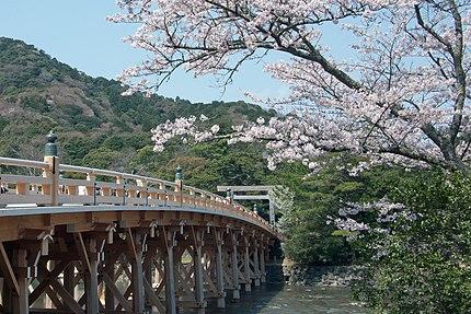 日本の三重県伊勢市にある皇大神宮の入り口にある宇治橋。