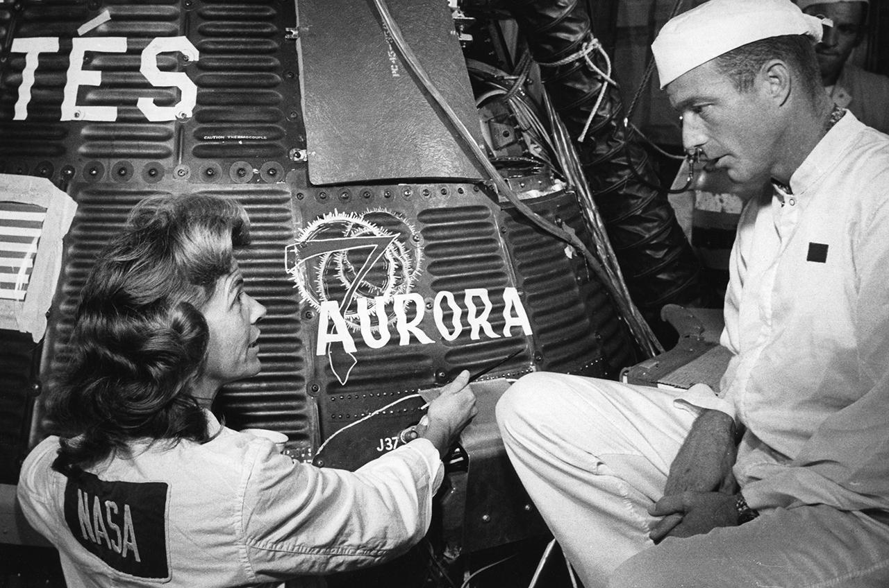 Mercury-Atlas MA-7/Aurora 7 - (24.05.1962) Cece_Bibby_and_Scott_Carpenter_-_Aurora_7_logo_on_Mercury-Atlas_7