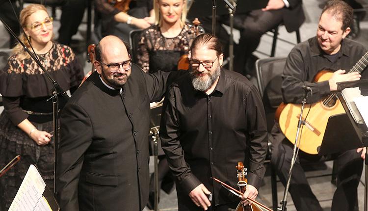 852d0898196 Με τον καλλιτεχνικό διευθυντή Μύρων Μιχαηλίδη στο Πολιτιστικό συνεδριακό  κέντρο Ηρακλείου με την Εθνική συμφωνική ορχήστρα ως σολίστ σε σύνθεση του  Γιάννη ...