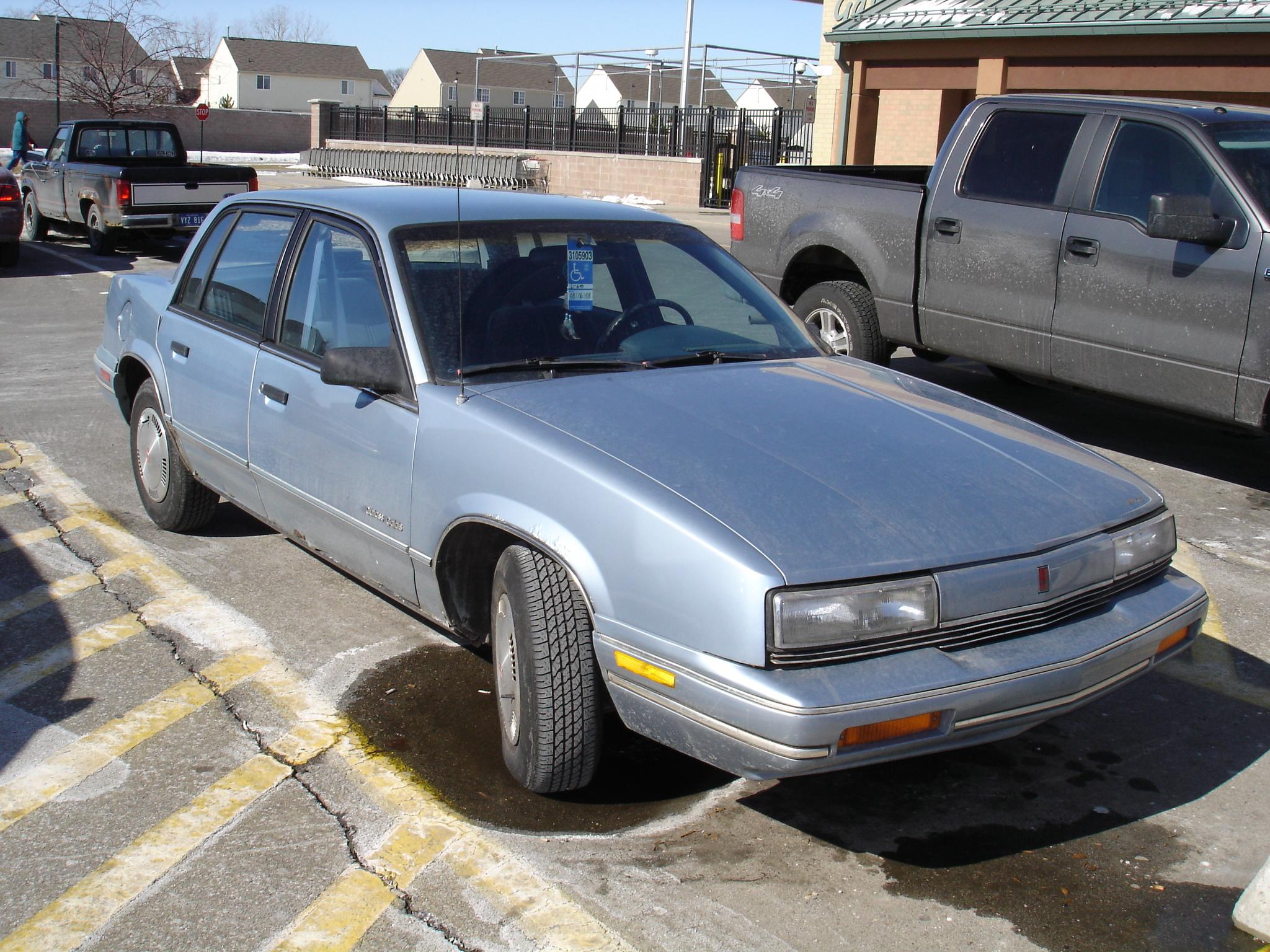 Fitxer:1989 Oldsmobile Cutlass Calais.jpg - Viquipèdia