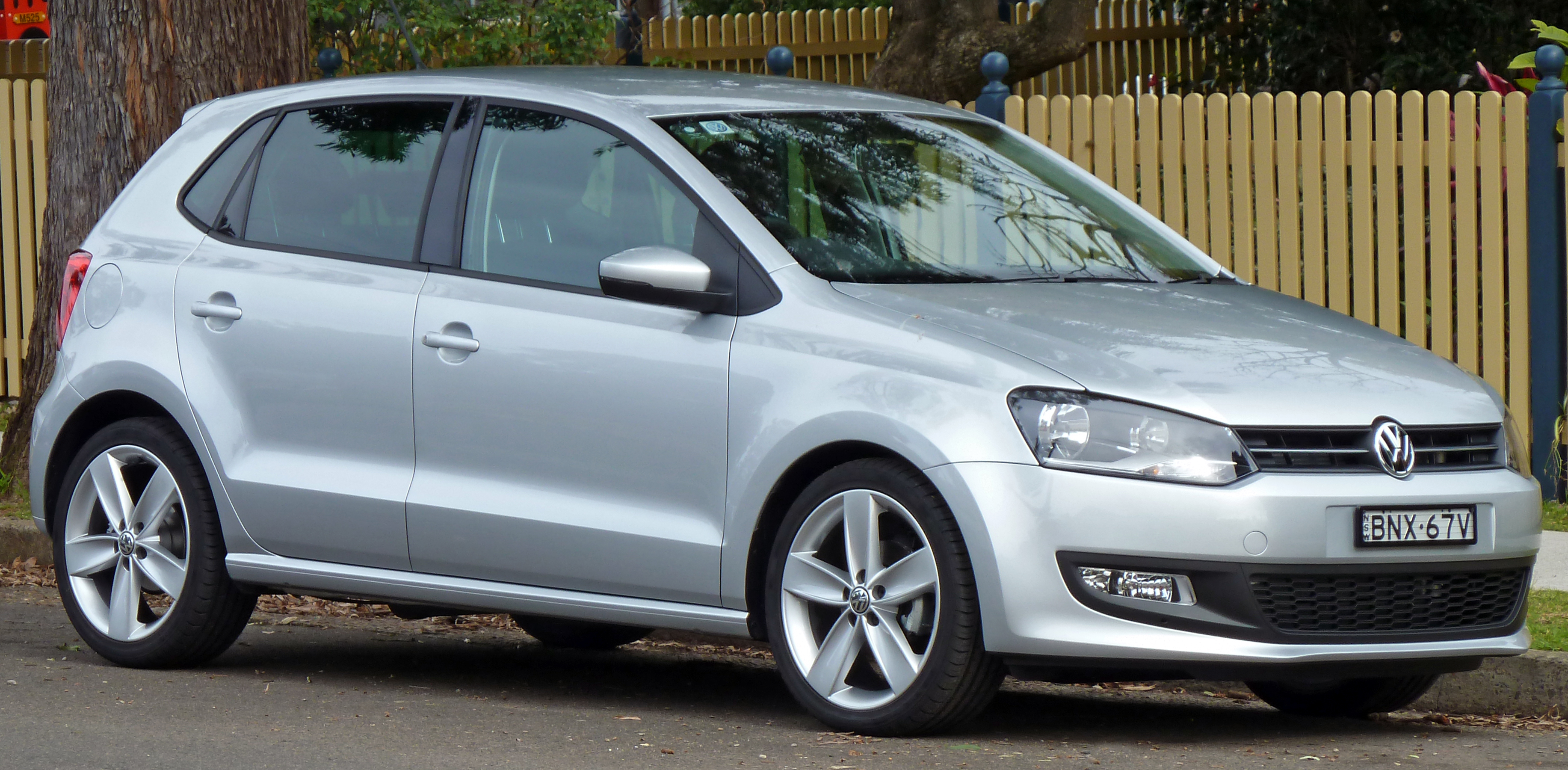 http://upload.wikimedia.org/wikipedia/commons/0/00/2010_Volkswagen_Polo_(6R)_77TSI_Comfortline_5-door_hatchback_01.jpg