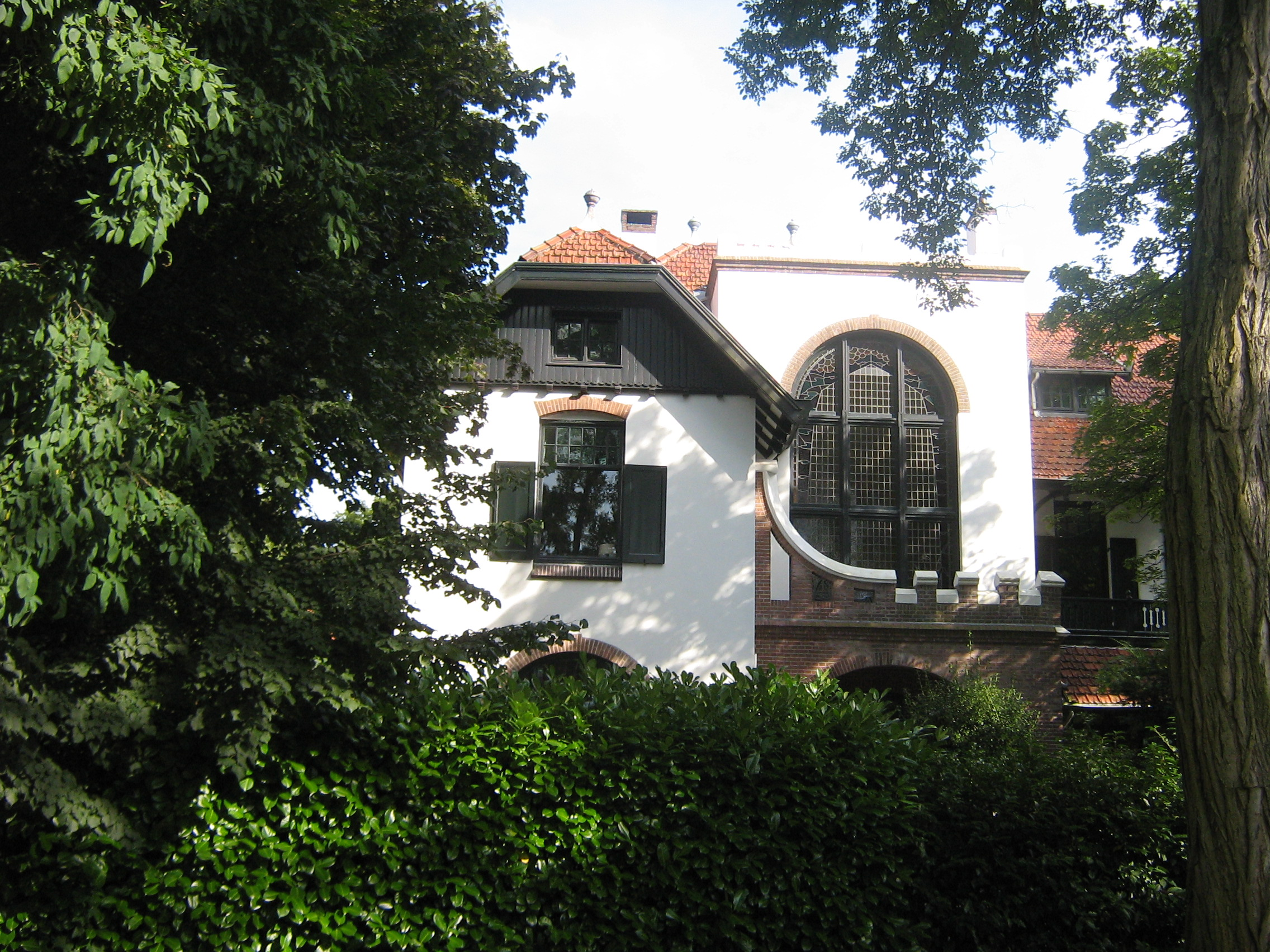 Villa, gebouwd in art nouveau stijl met chalet-stijl elementen in ...