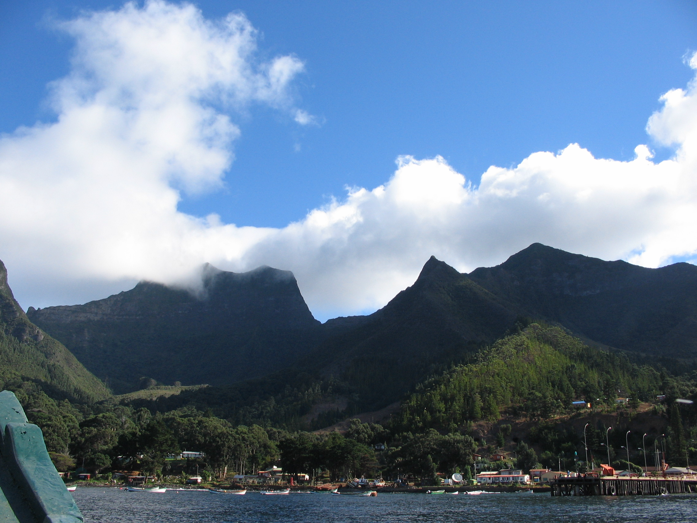 La isla Robinson Crusoe vista desde un bote. Imagen de Wikimedia Commons.
