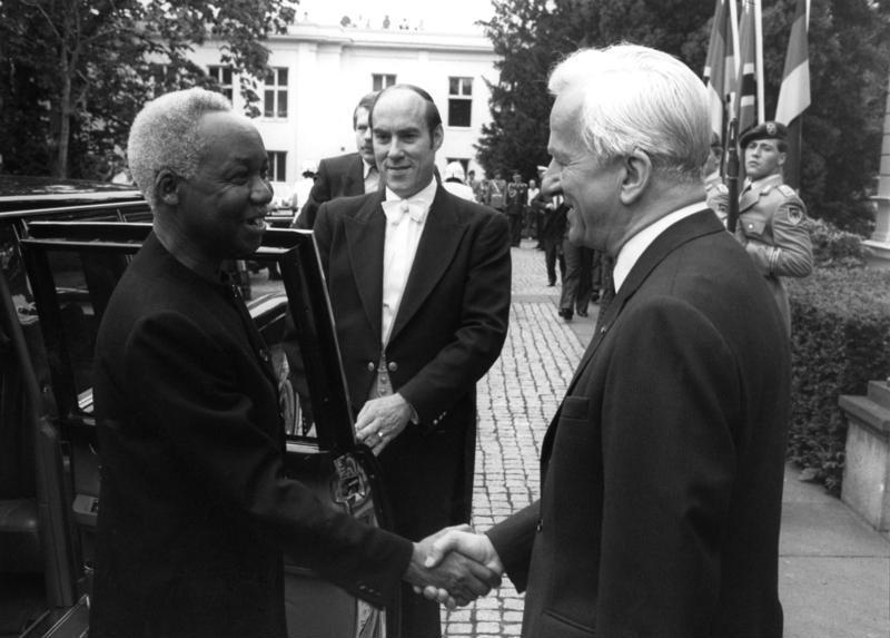 The President of Germany Richard von Weizsäcker welcomes Julius Nyerere, 1985.