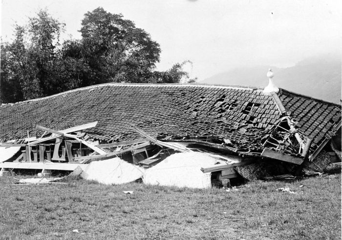 File:COLLECTIE TROPENMUSEUM Een verwoeste school te Padang Pandjang na de aardbeving van 1926 TMnr 10003985.jpg