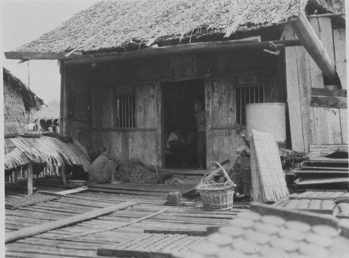 File:COLLECTIE TROPENMUSEUM Het drogen van trasi in het paaldorp Simandoelang op Sumatra TMnr 60048775.jpg