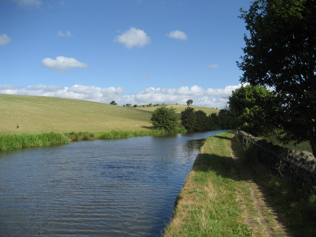 Canal between Barnoldswick and Marton - geograph.org.uk - 211095