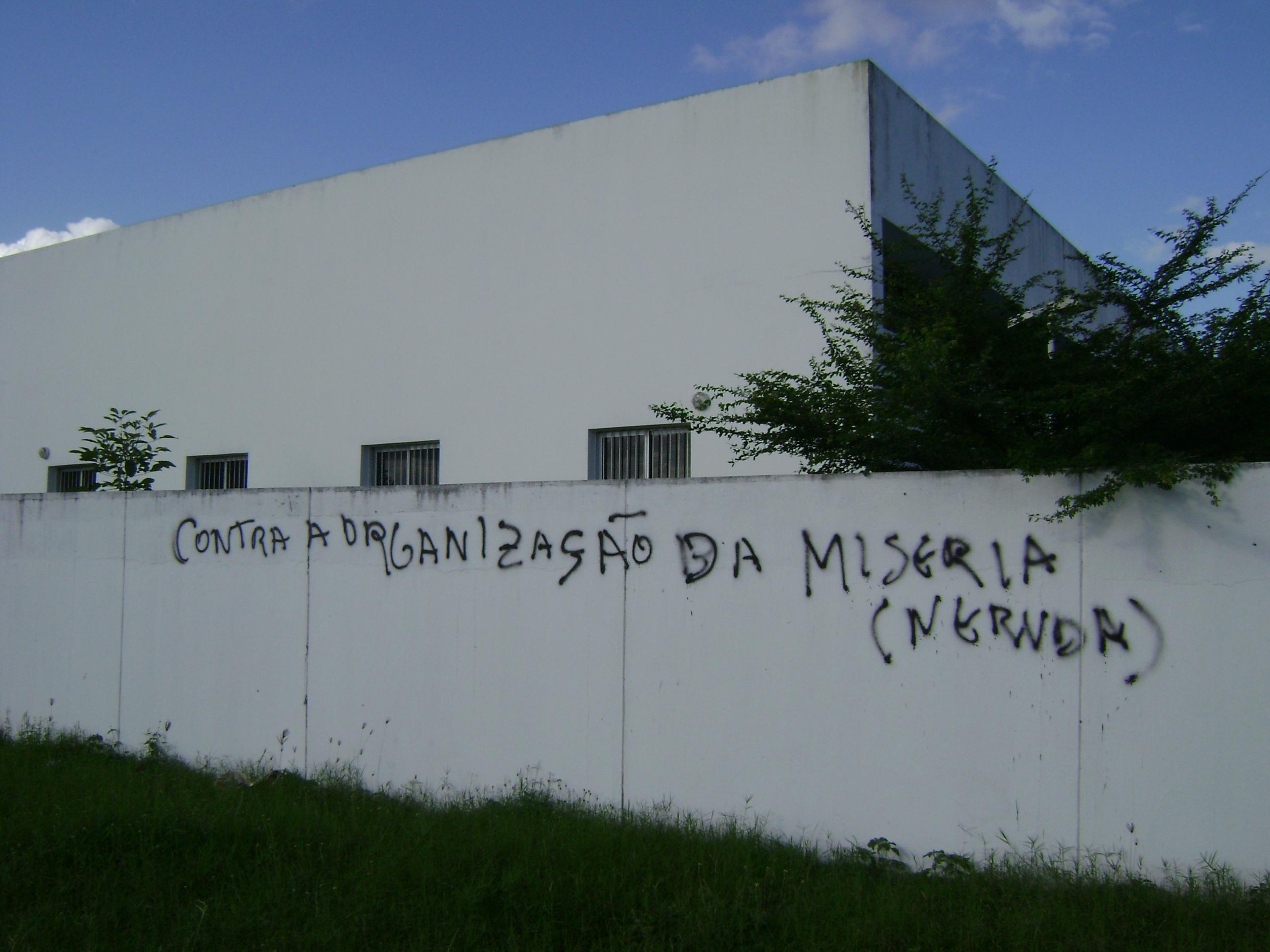 Contra la organización de la miseria (Neruda), asfaltada en Feira de Santana, Bahía, Brasil.