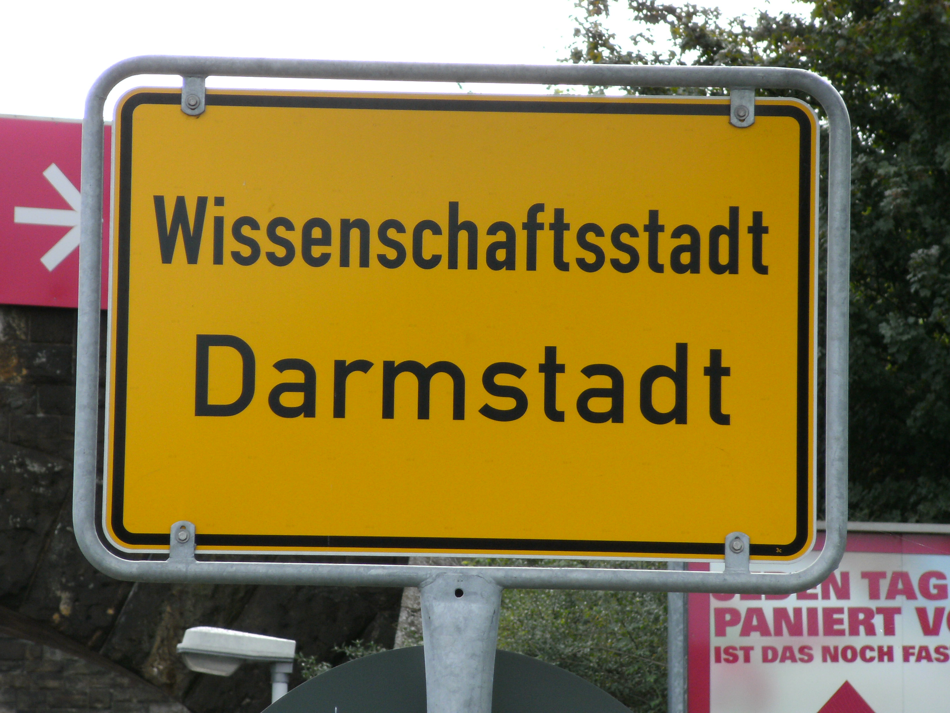 https://upload.wikimedia.org/wikipedia/commons/0/00/Darmstadt-Ortsschild.JPG