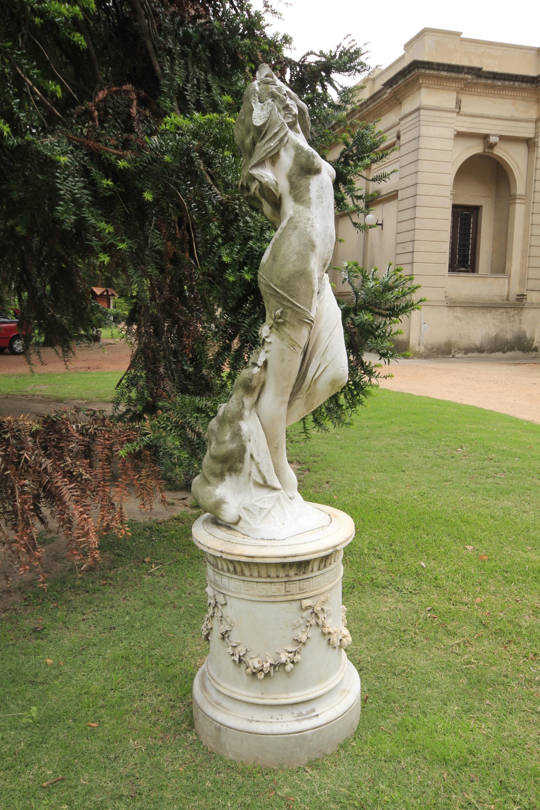 File estatuas en el jardin del museo blanes jpg wikimedia commons - Estatuas de jardin ...