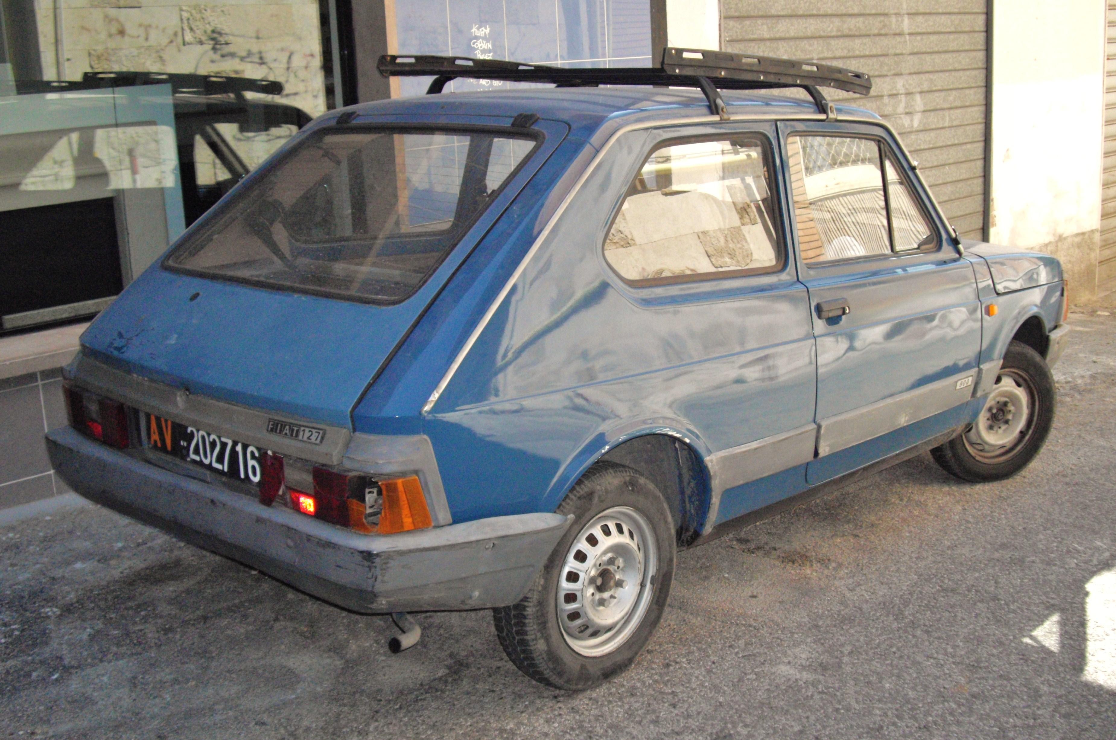 avvistamenti auto storiche - Pagina 2 Fiat_127_blue_rear