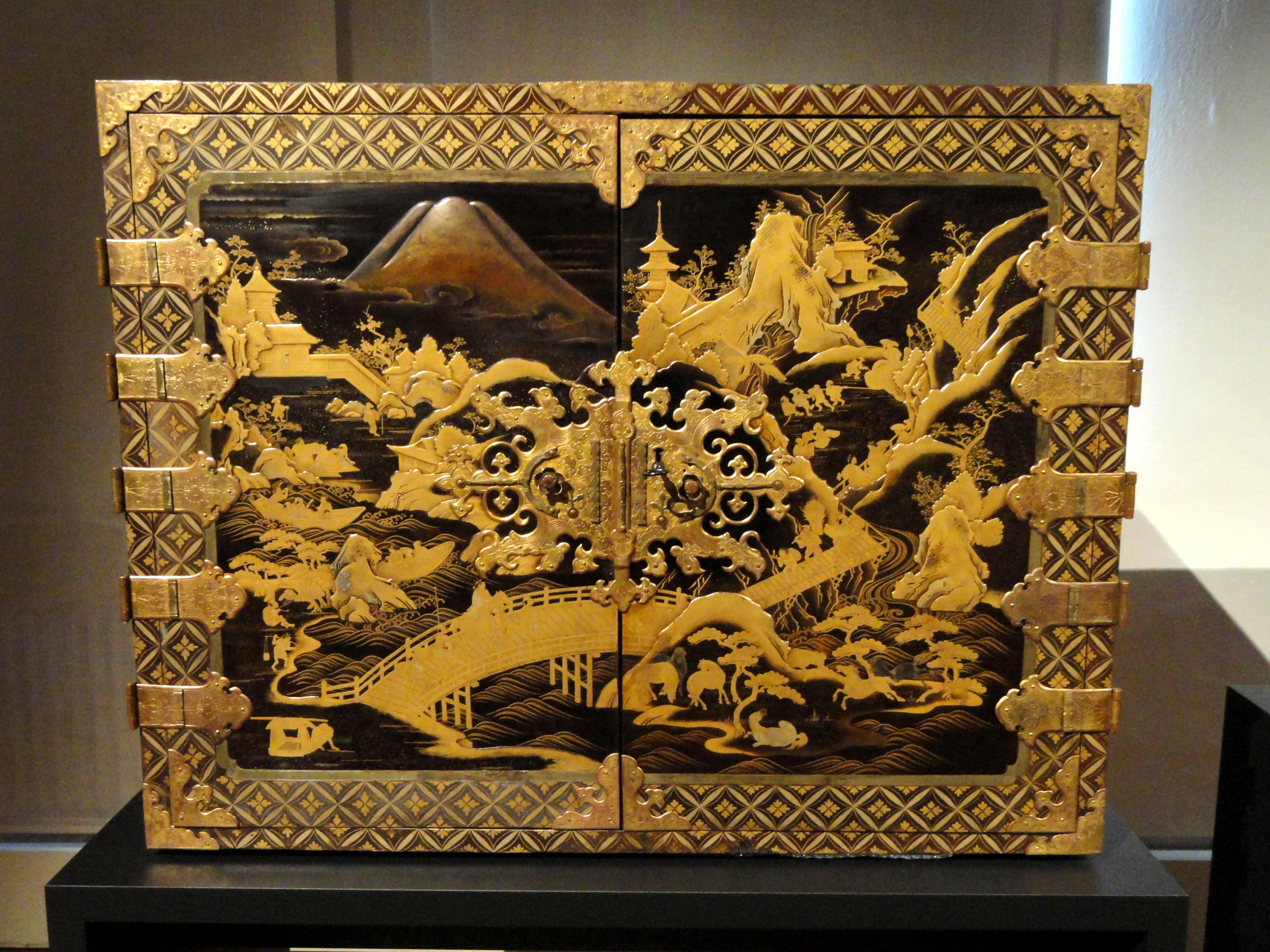 File japanese lacquer cabinet staatliches museum f r for Sideboard 3 00 m