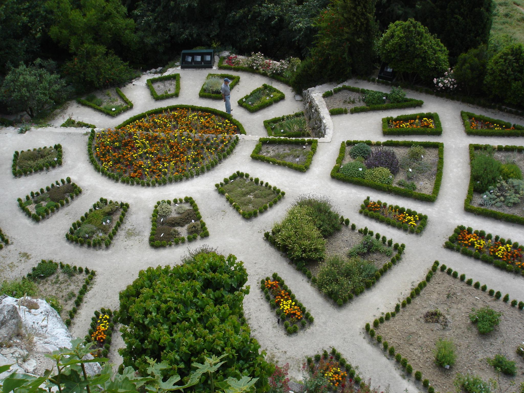 File jardin la garde adhemar jpg wikimedia commons for Jardin 0 la fran9aise