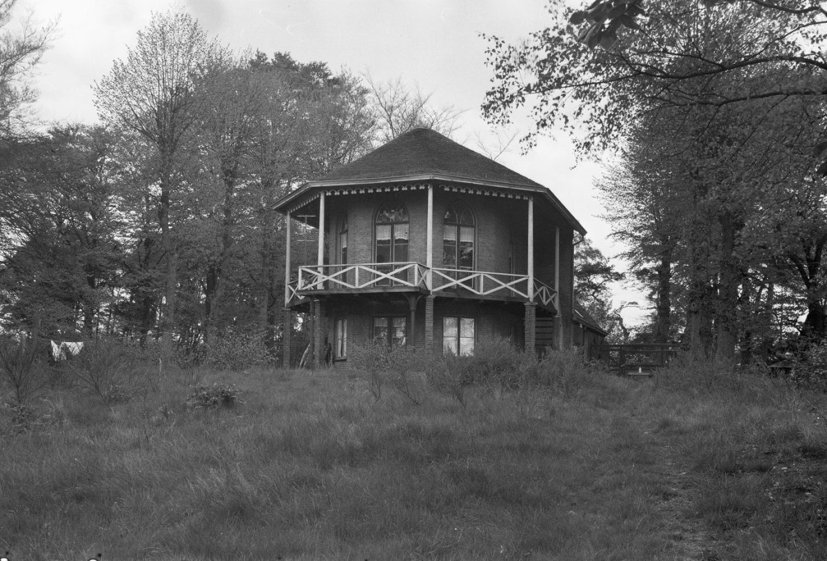 Bestand koepelvormig tweelaags huis in parklandschap met veranda op de eerste verdieping - Huis met veranda binnenkomst ...