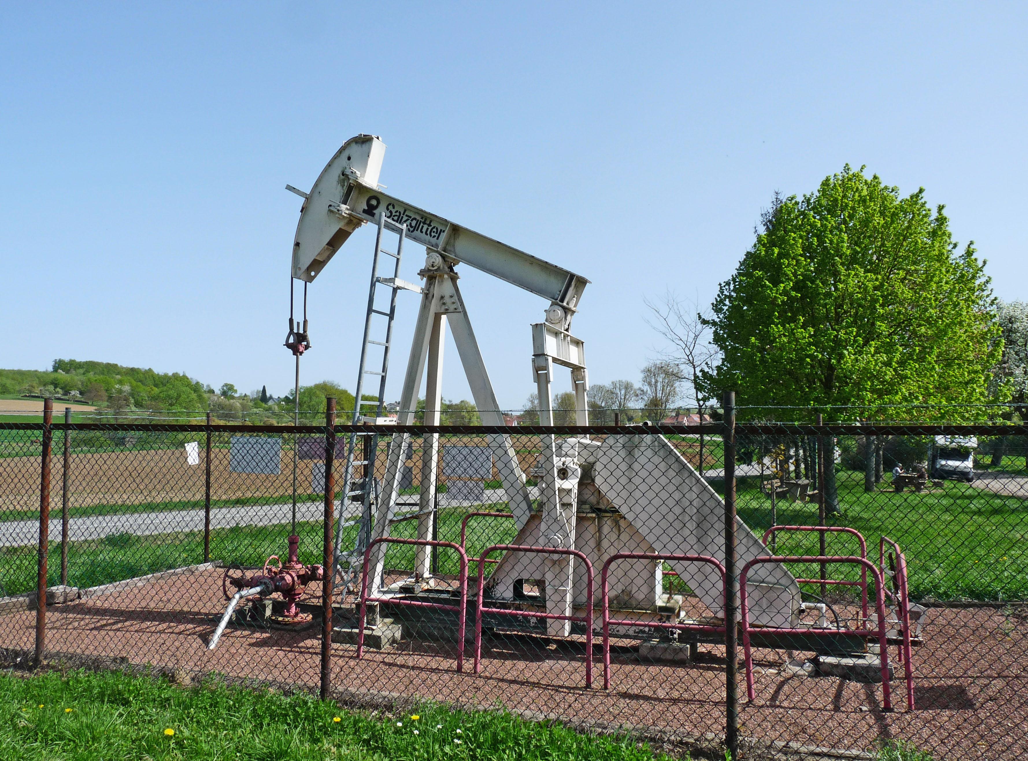 File merkwiller pechelbronn pompe p trole 2 jpg wikimedia commons - Pompe a petrole ...