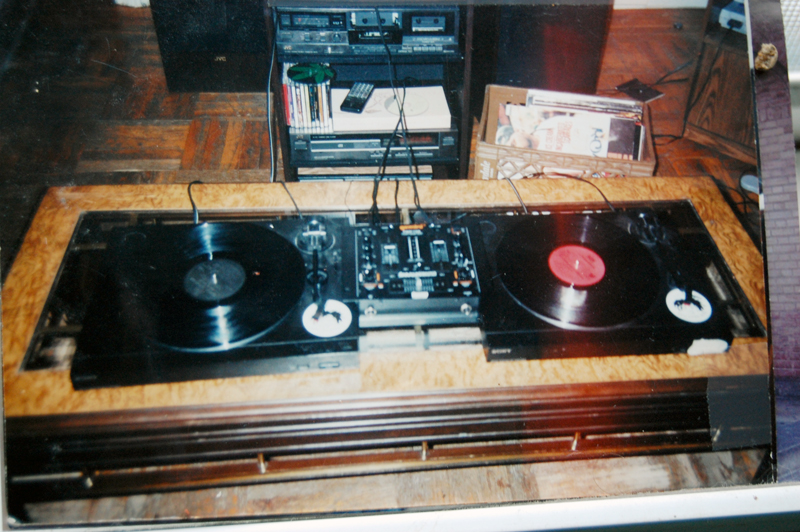 Charmant File:Mixing On The Coffee Table (by DJ Philly G)