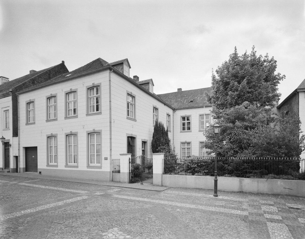 Groot l vormig huis met dakschild aan de voorzijde in thorn monument - Foto huis in l ...