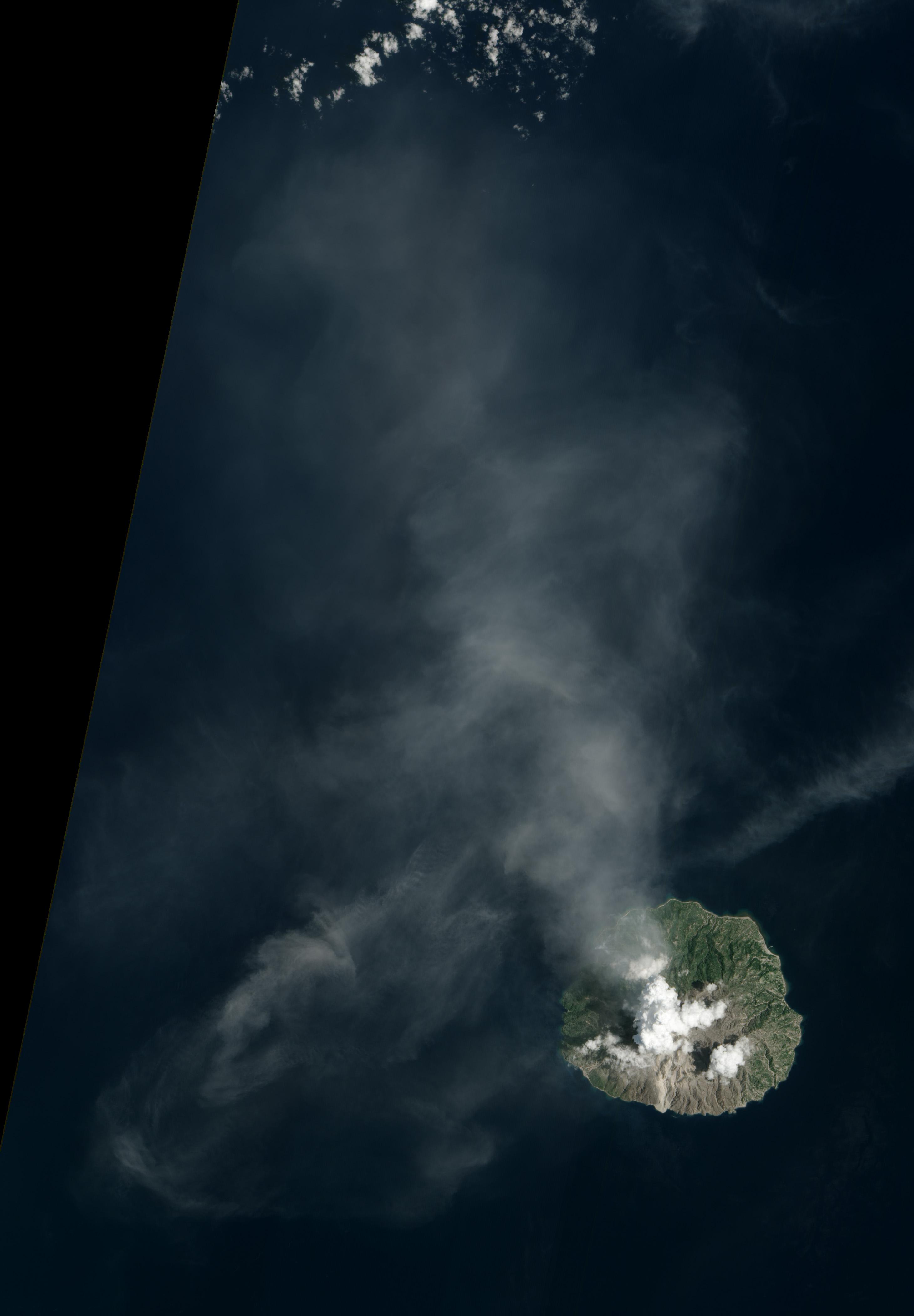 Die Insel Palue beim Vulkanausbruch im Februar 2013 aus dem All fotografiert