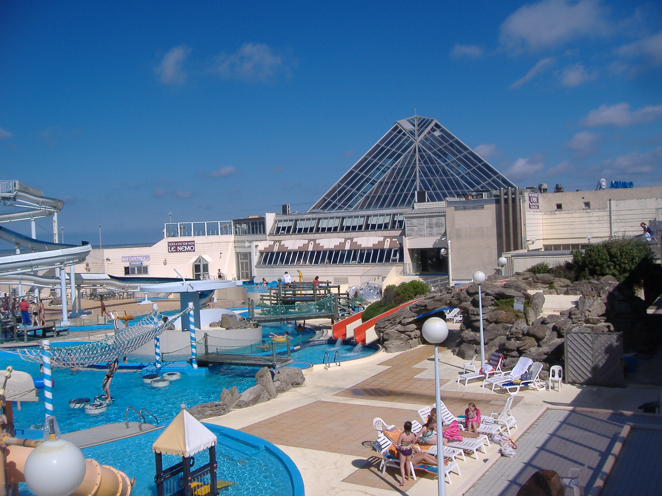 File pyramide d 39 aqualud jpg wikimedia commons for Piscine le touquet