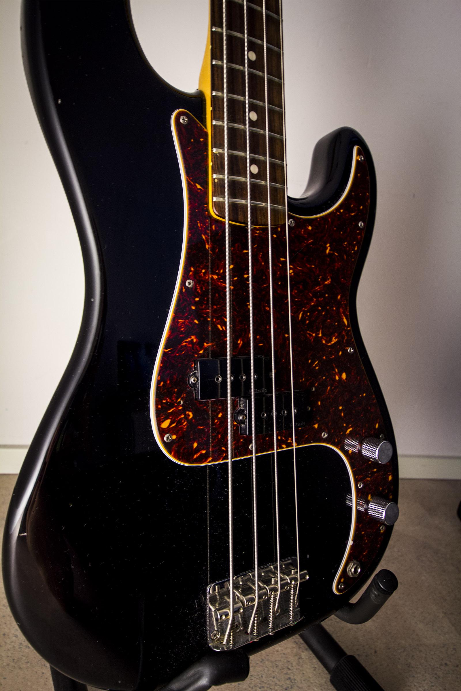 File:Tokai Hard Puncher bass body.jpg - Wikimedia Commons