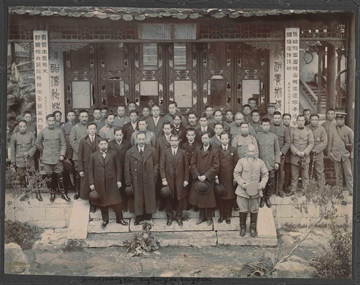 File:1912年3月29日南京临时政府各部总次长、卫戍总督、各军师旅司令官在南京愚园为孙中山举行饯别会后合影.jpg
