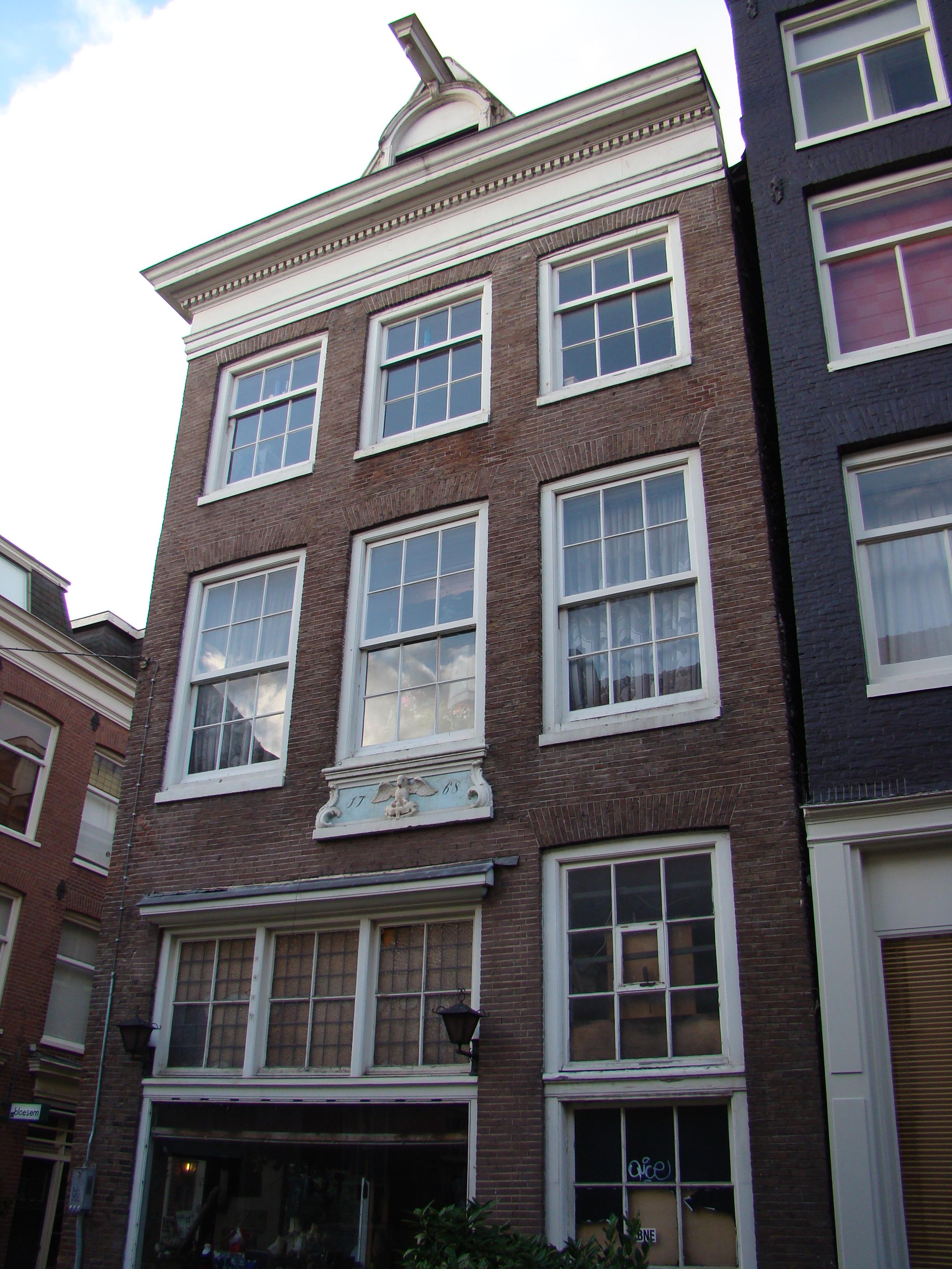 Huis met voorgevel onder rechte lijst waarop een for Lijst inrichting huis
