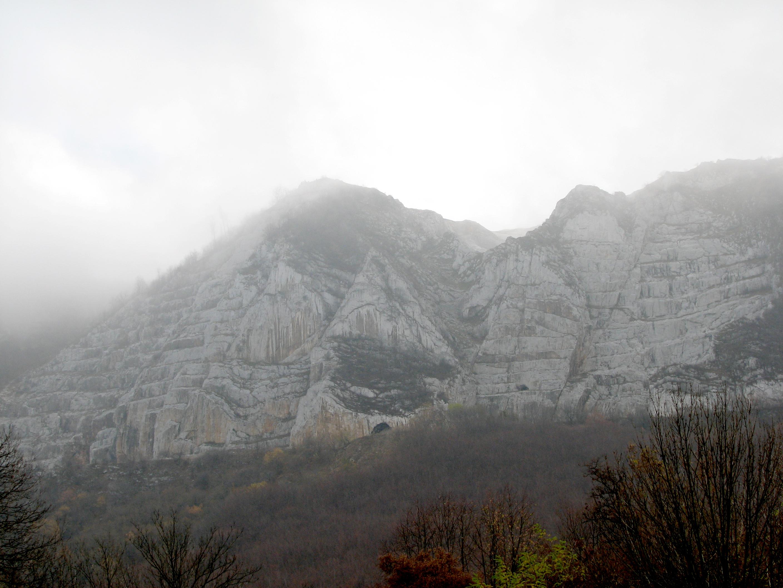 Ködbe burkolózó Bél-kő