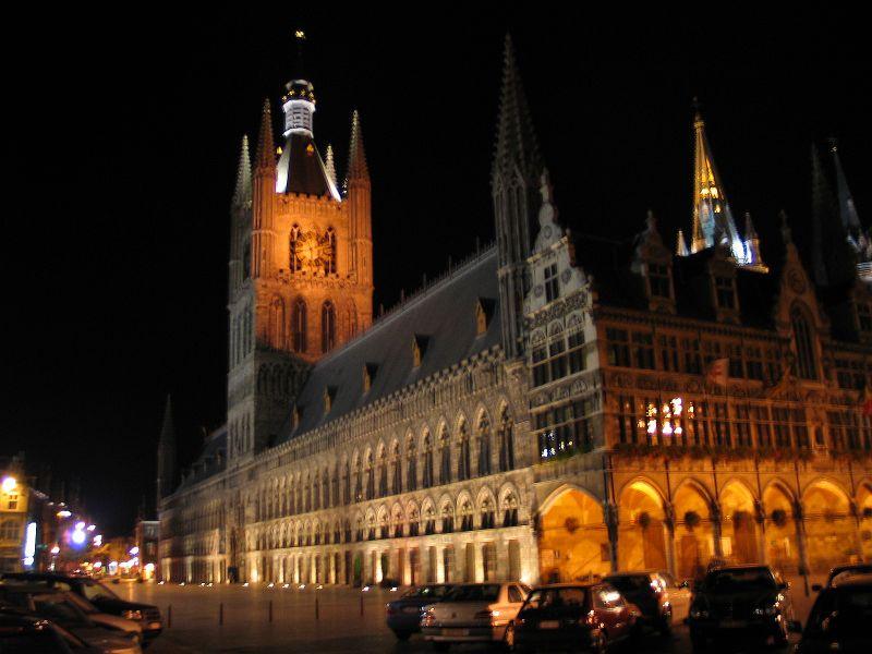 File:Belgie ieper lakenhal nacht.jpg