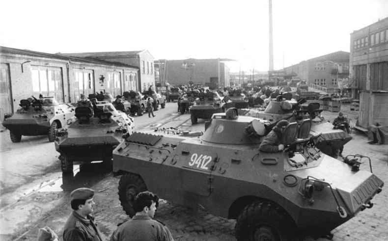 Bundesarchiv Bild 183-1990-0205-014, Neubrandenburg, Verschrottung von Schützenpanzern