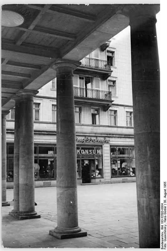 file bundesarchiv bild 183 32583 0004 berlin stalinallee gesch wikimedia commons. Black Bedroom Furniture Sets. Home Design Ideas