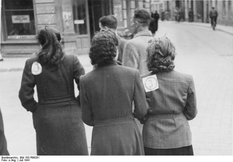 Bundesarchiv Bild 183-R99291, Wilna, Frauen mit Juden-Kennzeichen.jpg