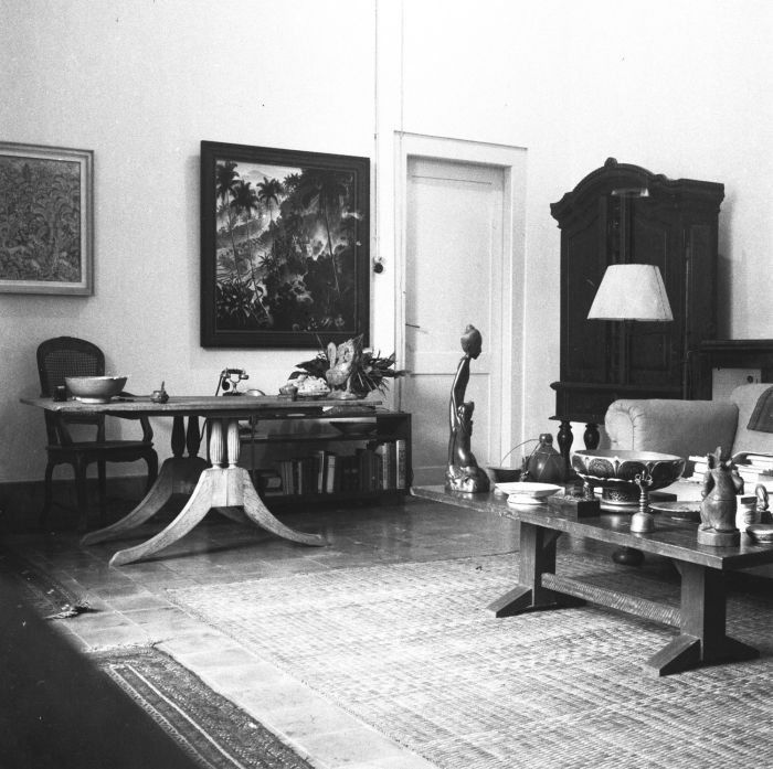 File collectie tropenmuseum 39 het interieur van het huis van paul spies in djakarta met aan de - Interieur van amerikaans huis ...