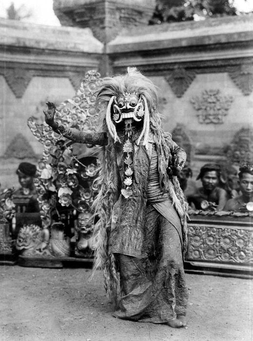 COLLECTIE TROPENMUSEUM Een Balinese danser met een masker van Rangda de heksweduwe TMnr 10004670.jpg