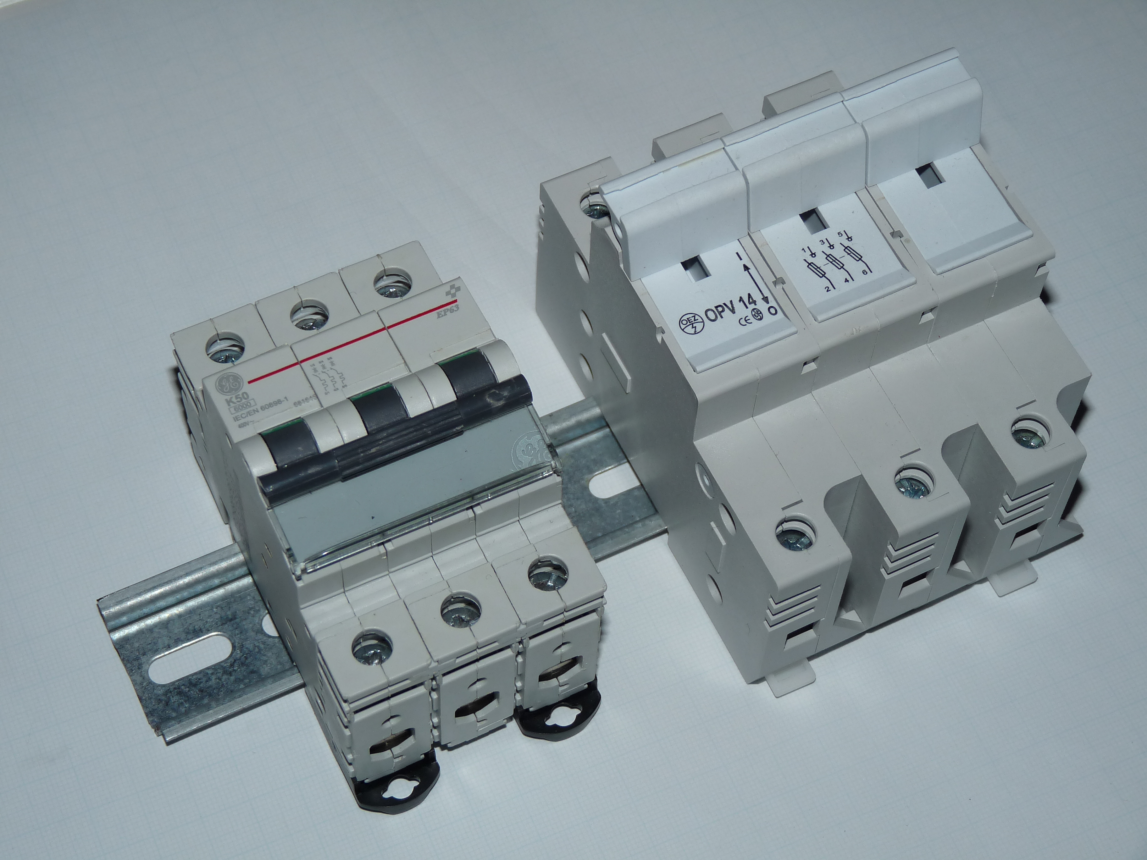 file comparing circuit breaker and fuse disconnector, the same Fuses and Fuse Boxes file comparing circuit breaker and fuse disconnector, the same current jpg