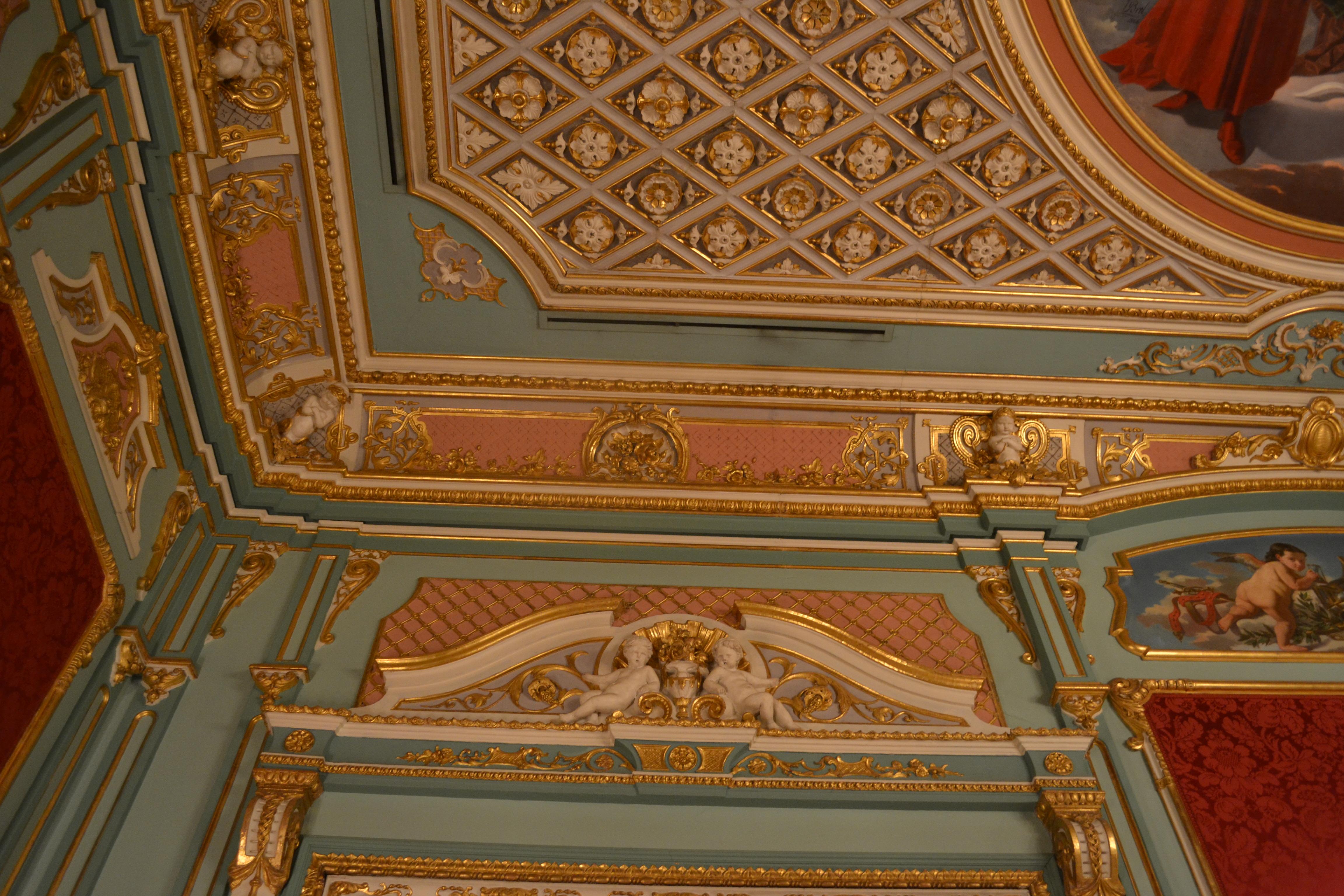 File decoraci n de techo y pared de la sala roja del for Decoracion de paredes de sala