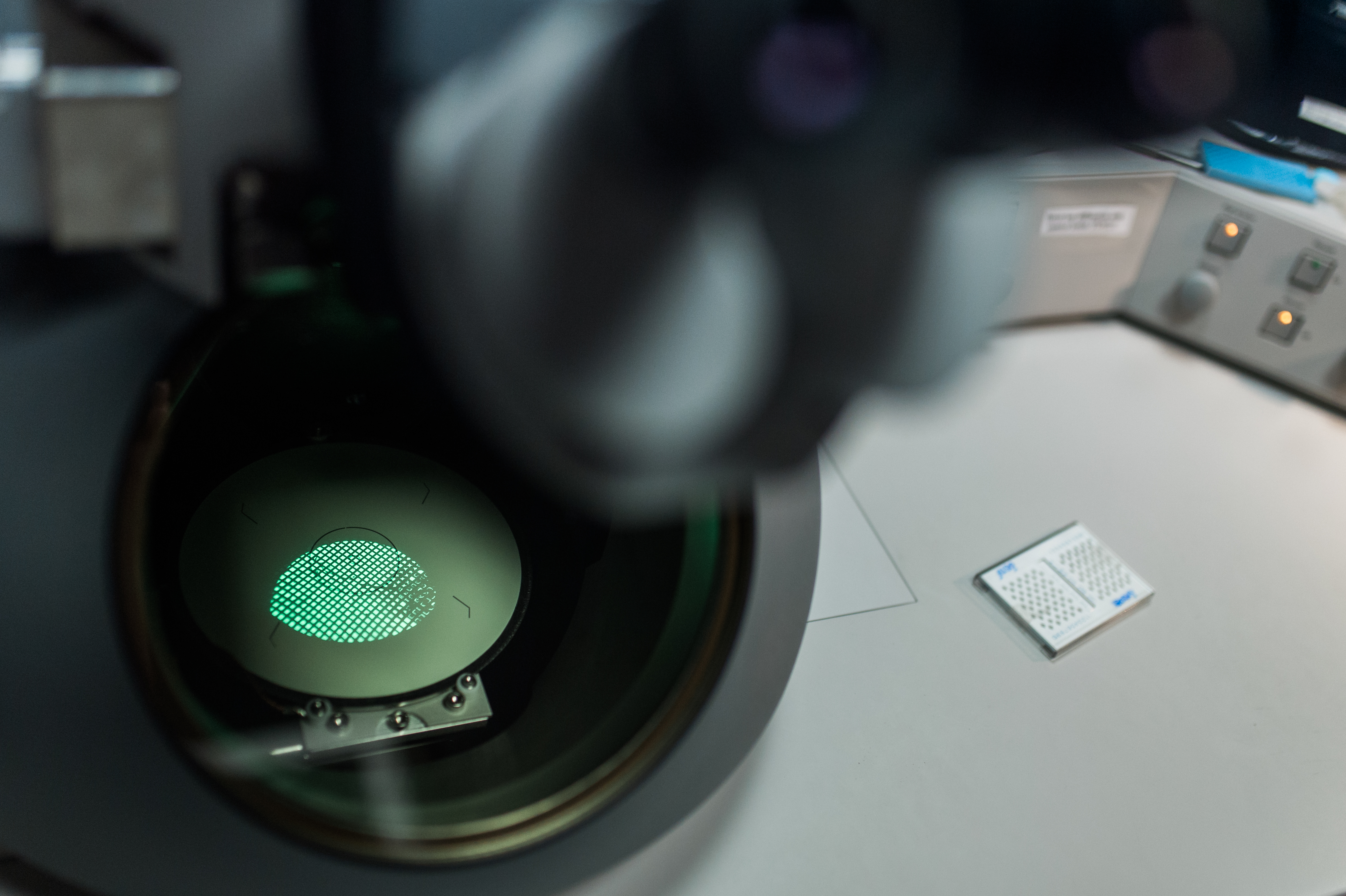 File:Electron microscope at the Institute of Experimental Botany CAS