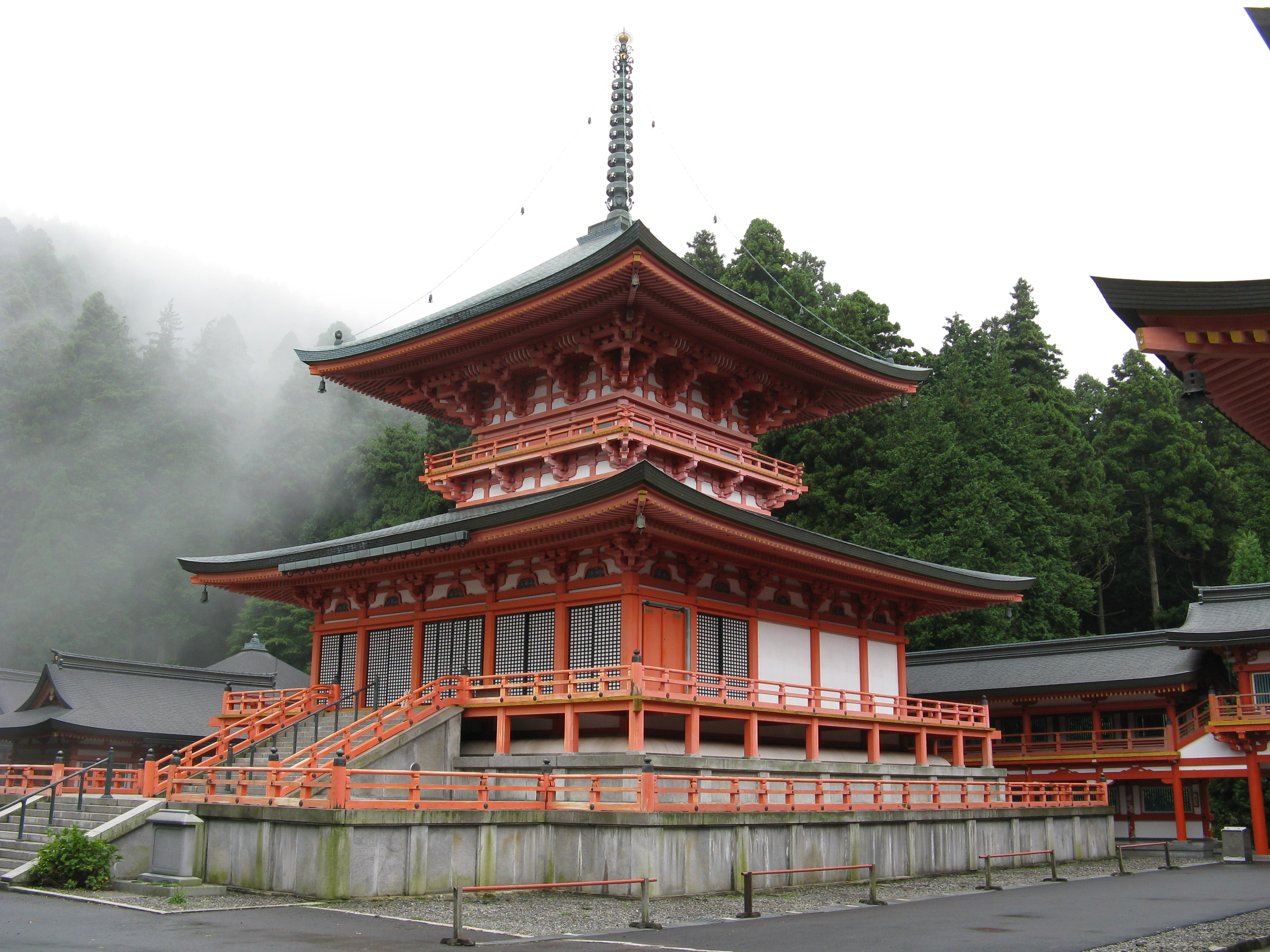 http://upload.wikimedia.org/wikipedia/commons/0/01/Enryakuji_Todo.jpg