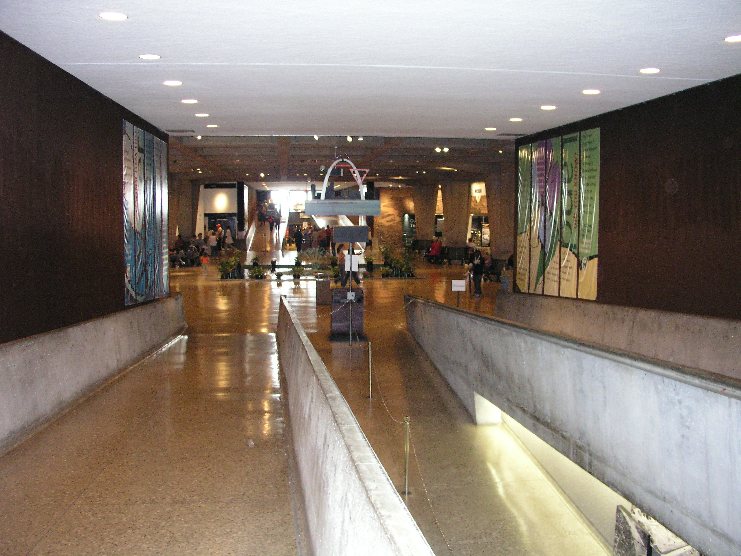 File:Gateway Arch visitors center - Wikimedia Commons