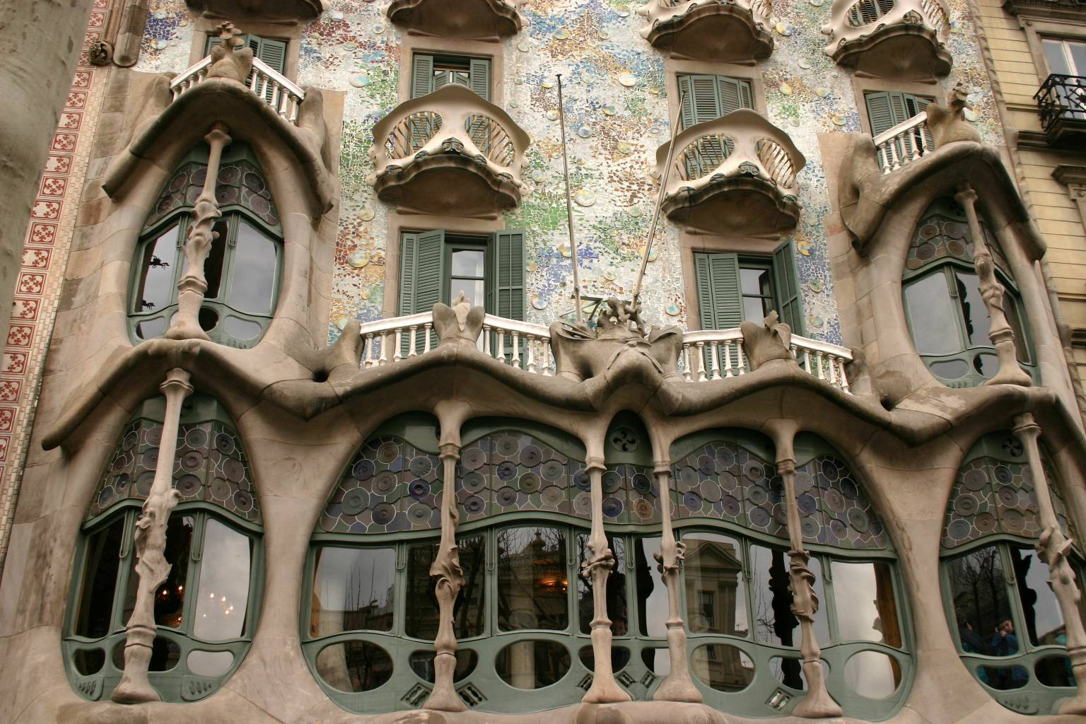 File gaudi 39 s casa batllo barcelona spain img 5380a jpg for Architecture gaudi