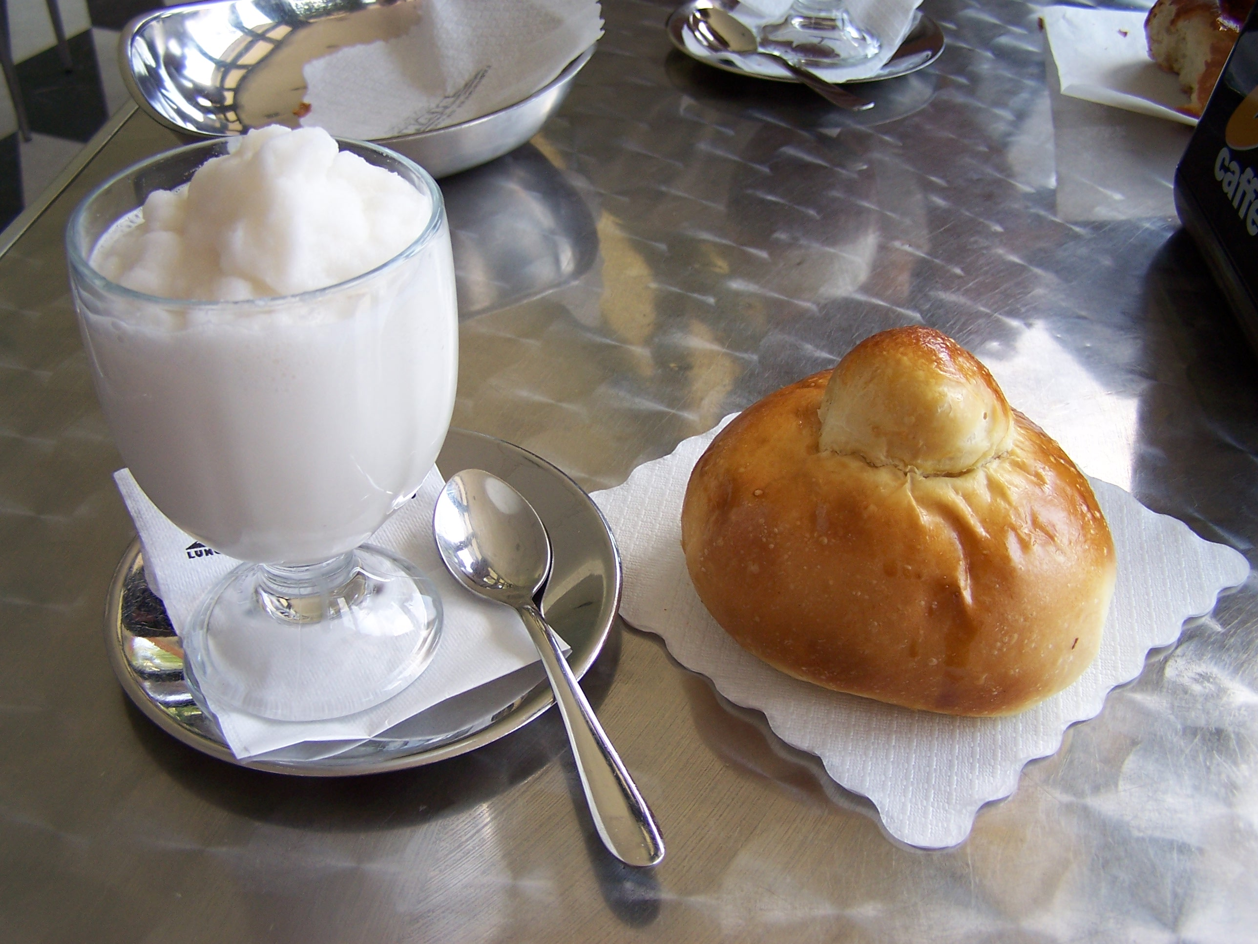 Almond granita with Brioche