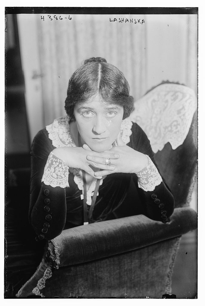 Hulda Lashanska with fingers interlocked in 1917.jpg